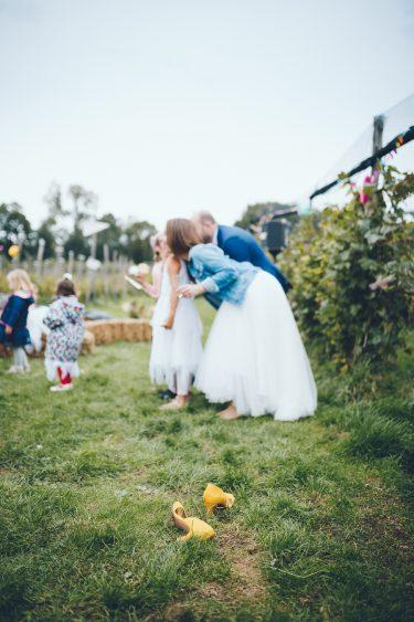 Gele trouwschoenen uit tijdens bruiloft in fruittuin trouwfotograaf Amsterdam Apeldoorn