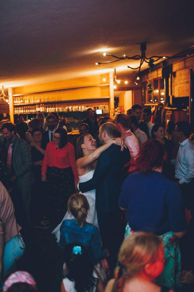 Openingsdans tijdens bruiloft in fruittuin trouwfotograaf Amsterdam Apeldoorn