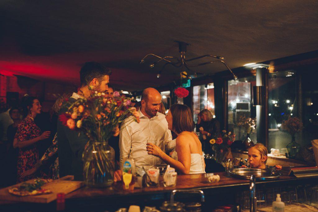 Bruidspaar aan de bar tijdens bruiloft in fruittuin trouwfotograaf Amsterdam Apeldoorn