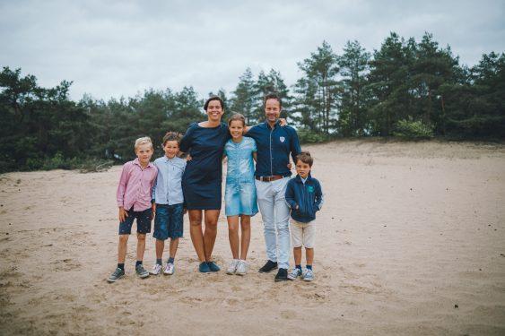 Familie met jonge kinderen tijdens fotosessie op Kootwijkerzand