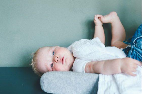 Day in the life fotograaf familie baby wordt verschoond op commode