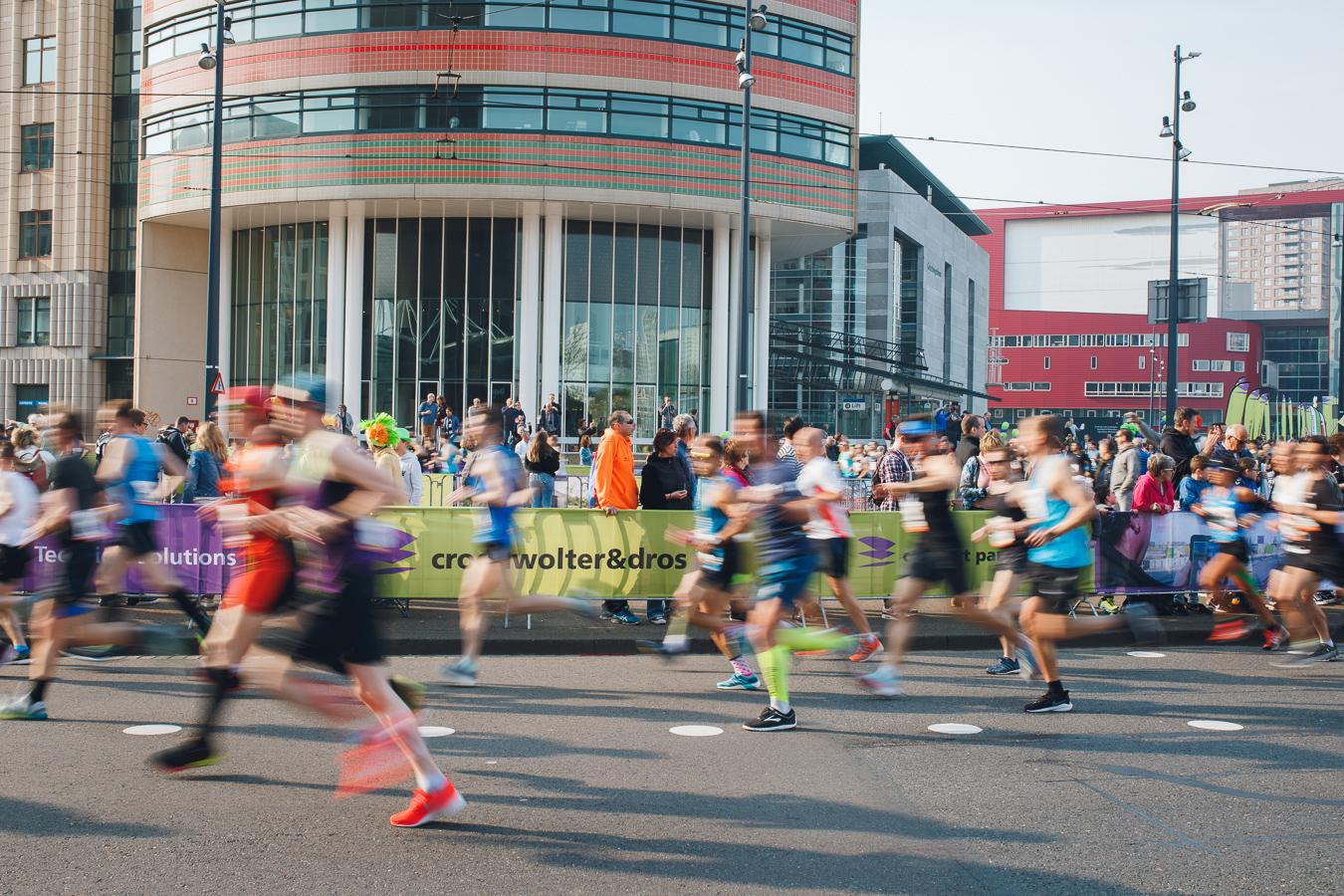 TBI tijdens Marathon Rotterdam 2019 hardlopers rennen langs banners
