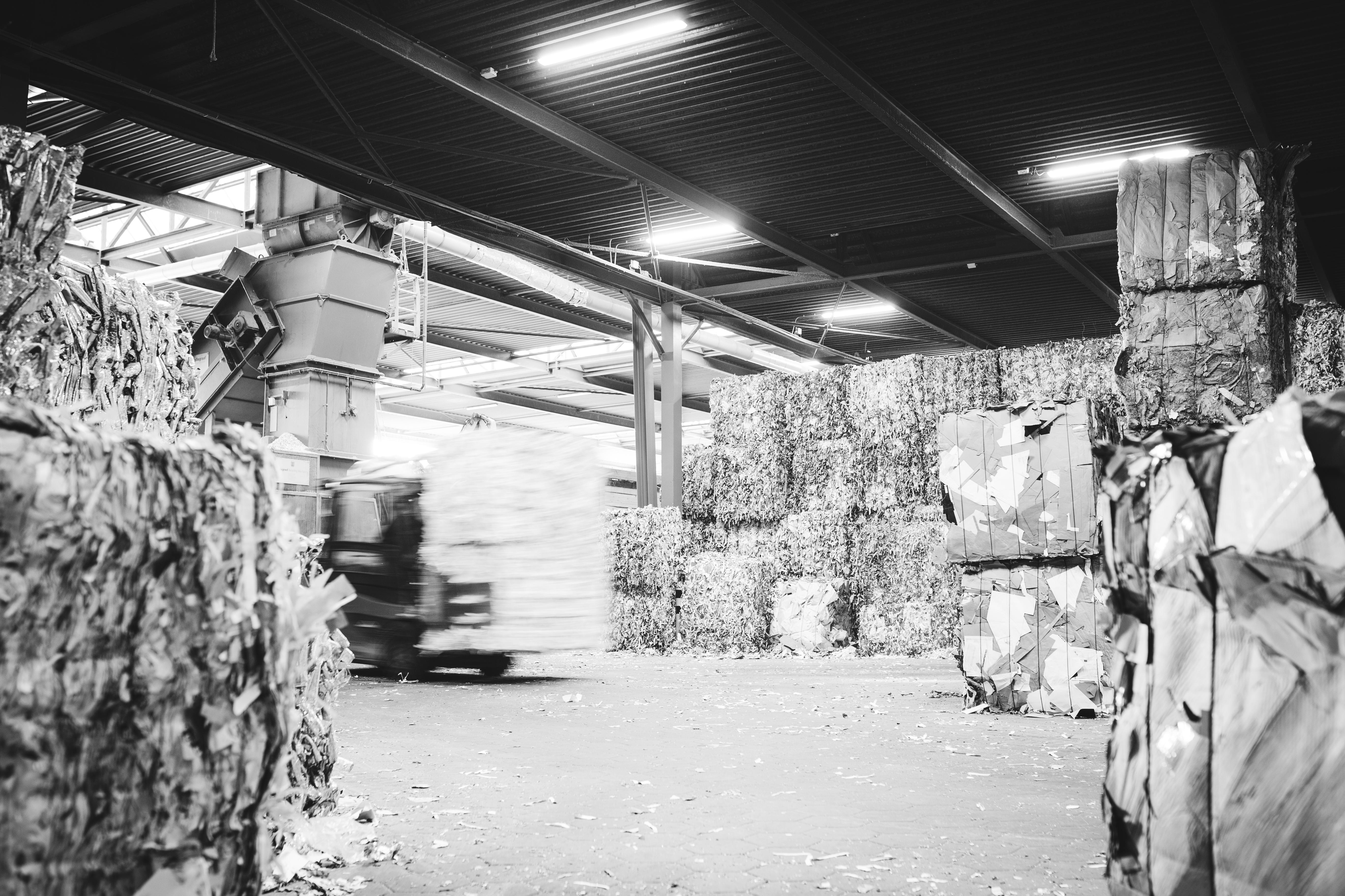 Heftruck rijdt door magazijn van afval en recyclingbedrijf Van Gerrevink in Apeldoorn tbv archiefvernietiging