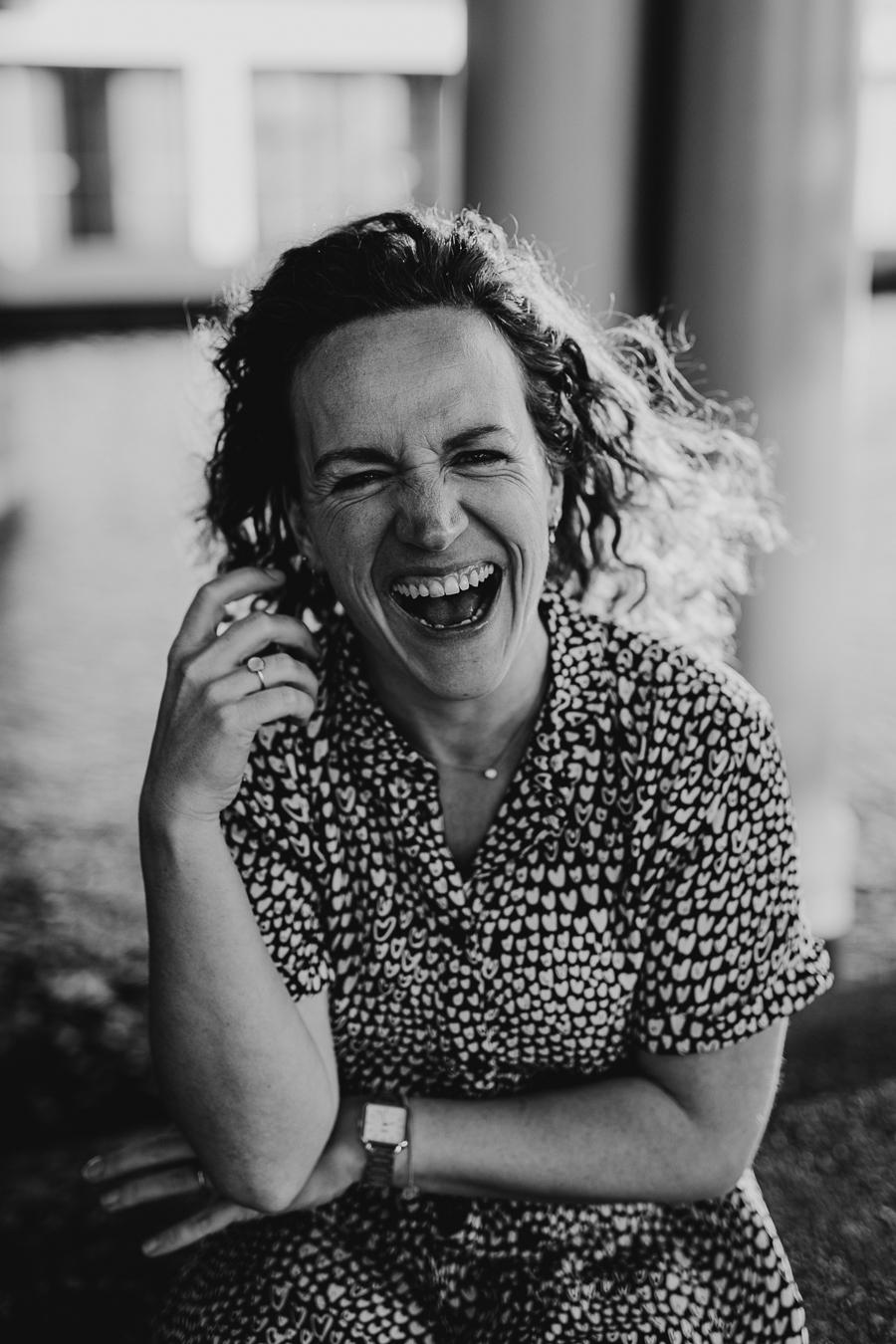 Zakelijk portret van vrouwelijke ondernemer die lacht