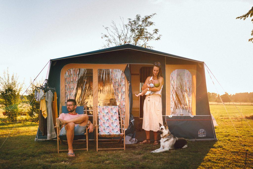 Vakantiefotoshoot op de camping voor de caravan met jong gezin met hond en newborn door fotograaf in Apeldoorn