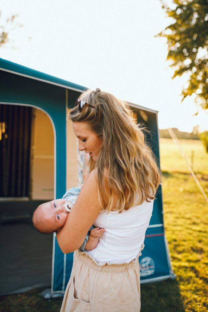 Vakantiefotoshoot op de camping met jong gezin met hond en newborn door fotograaf in Apeldoorn