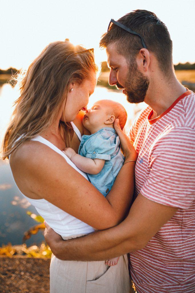 Newbornfoto's buiten tijdens golden hour vakantieshoot in Hellendoorn