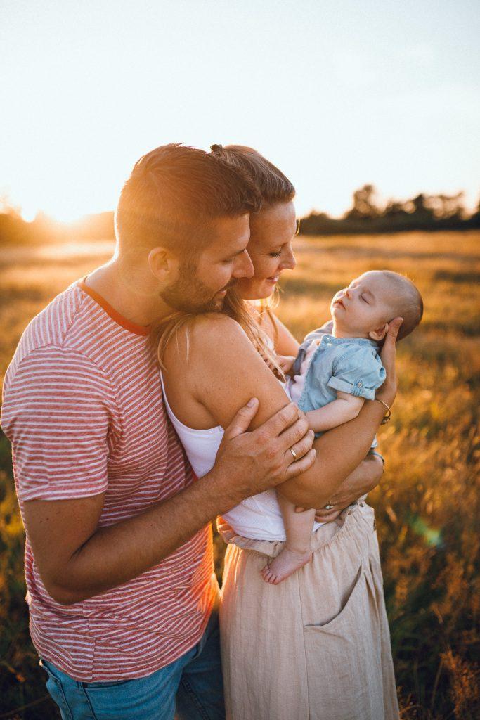 Newbornfotoshoot buiten tijdens golden hour vakantieshoot in Hellendoorn