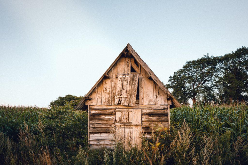 Houten hutje wooden cabin tijdens wandeling tijdens vakantieshoot
