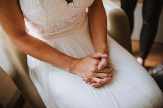 Trouwfoto's voorbereidingen bruid in de ochtend make up visagie en haar in beeld