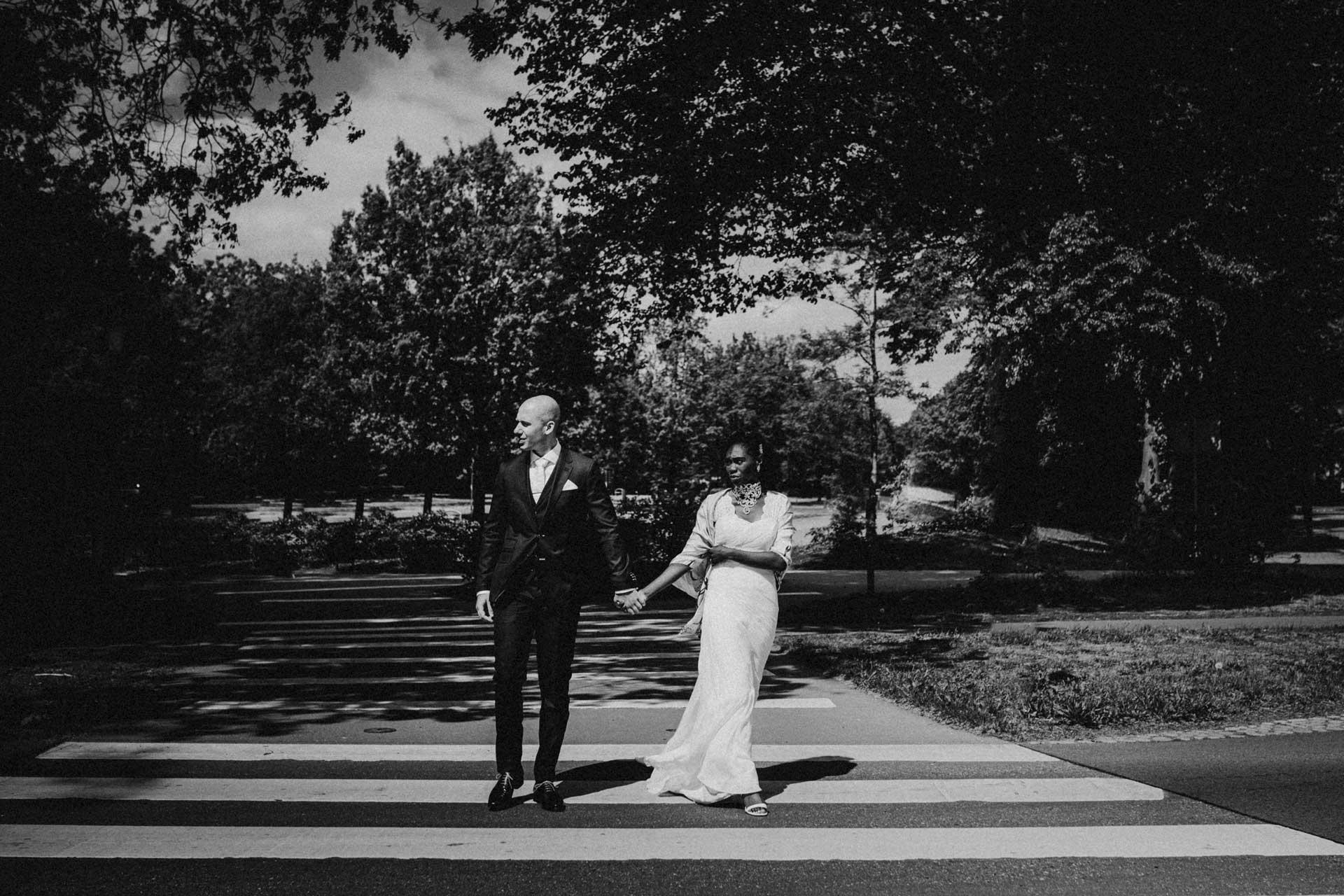 Trouwfotografie in park Berg en Bos Apeldoorn, Gelderland, zwartwit op zebrapad