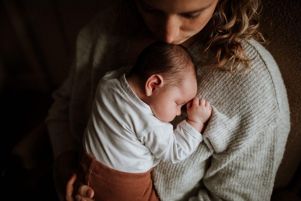 Lifestyle newbornshoot slapen in mama's armen at home in Groenlo, de Achterhoek, Gelderland, door Ilse Stronks fotografie, newbornfotograaf Apeldoorn