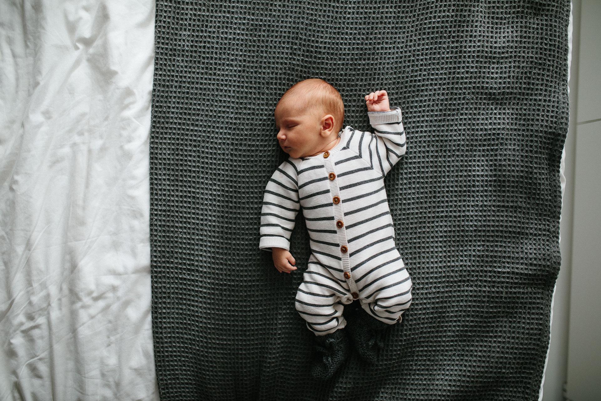 Lifestyle babyfotoshoot at home in Zwolle, Overijssel, door Ilse Stronks fotografie, newbornfotograaf Apeldoorn