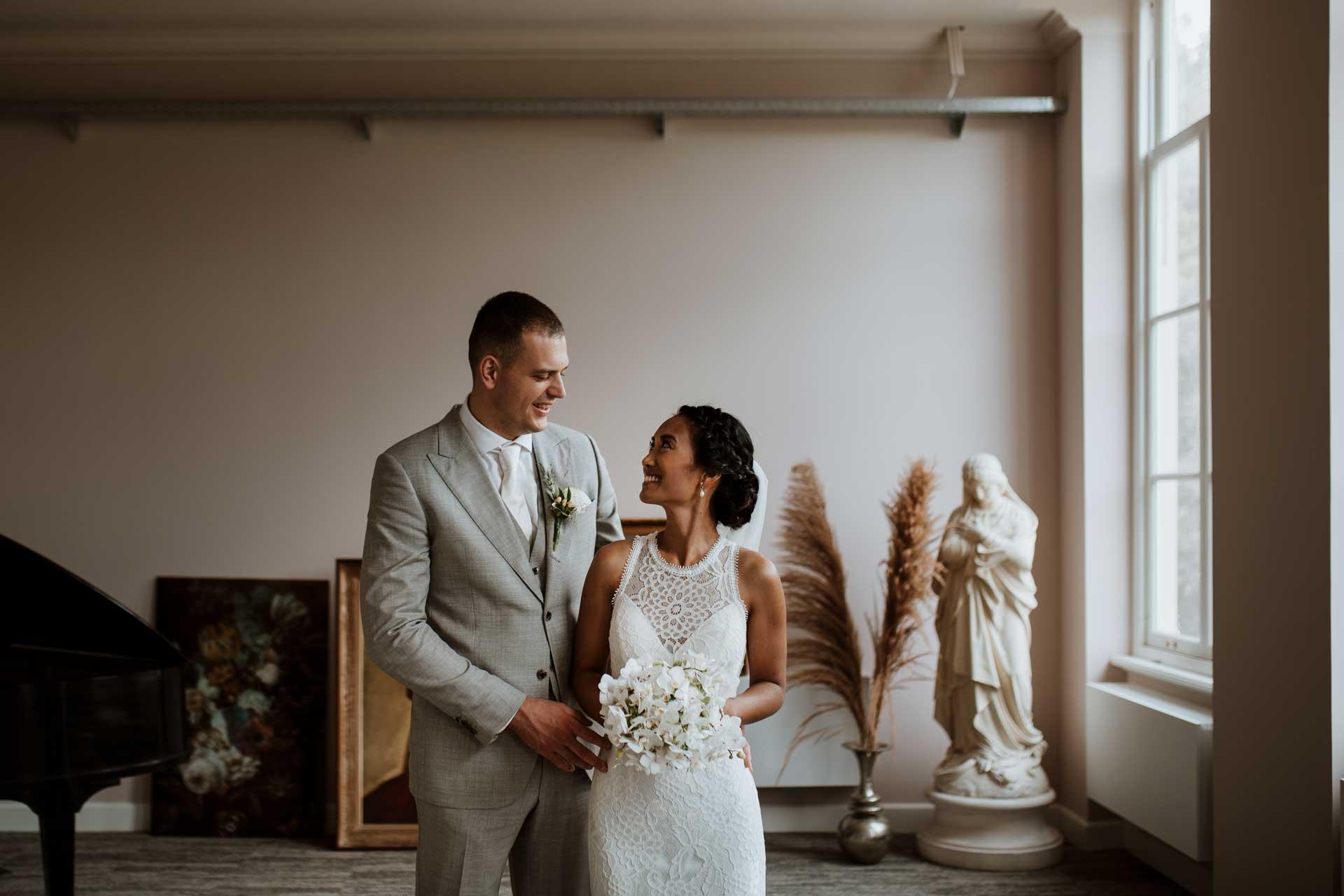 Spontane trouwfotografie in Den Haag tijdens een strandbruiloft bij beachclub Titus, trouwfoto's bij Villa Ockenburg