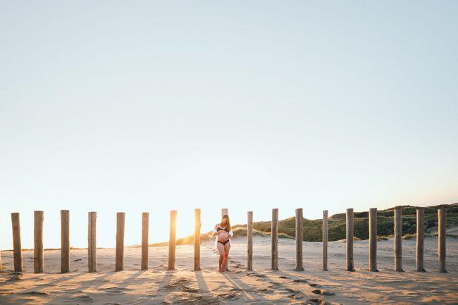 Zwangerschapsfotoshoot zwangerschapsshoot zwangerschapsfotosessie zwangerschapsfotografie op het strand bij zonsopkomst golden hour in Bloemendaal