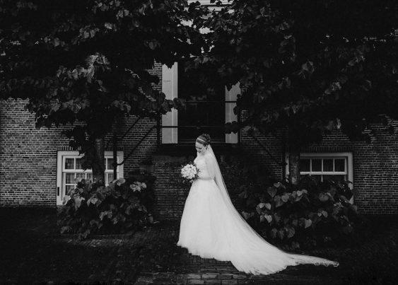 Bruidsfoto van de bruid in oude binnenstad van vestingstad Heusden trouwfotograaf