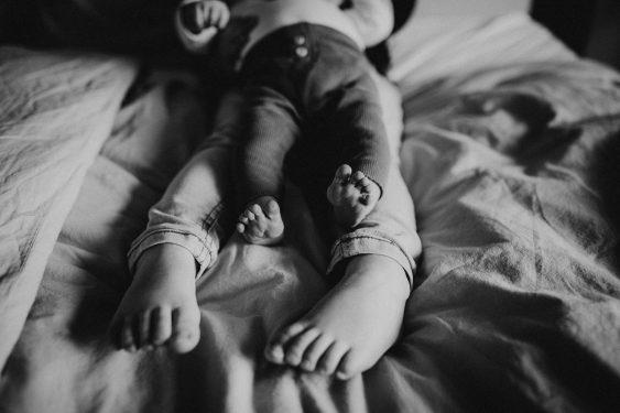 Newborn fotoshoot met grote broer in Groenlo door Ilse Stronks fotografie, newbornfotograaf Apeldoorn
