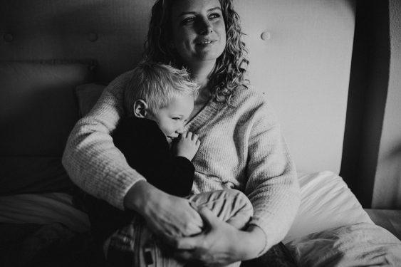 Newborn fotoshoot grote broer met mama in Groenlo door Ilse Stronks fotografie, newbornfotograaf Apeldoorn