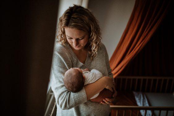 Newborn fotoshoot met mama in babykamer in Groenlo door Ilse Stronks fotografie, newbornfotograaf Apeldoorn