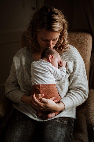 Newbornfotograaf knuffelen met de baby in Groenlo door Ilse Stronks fotografie, newbornfotograaf Apeldoorn