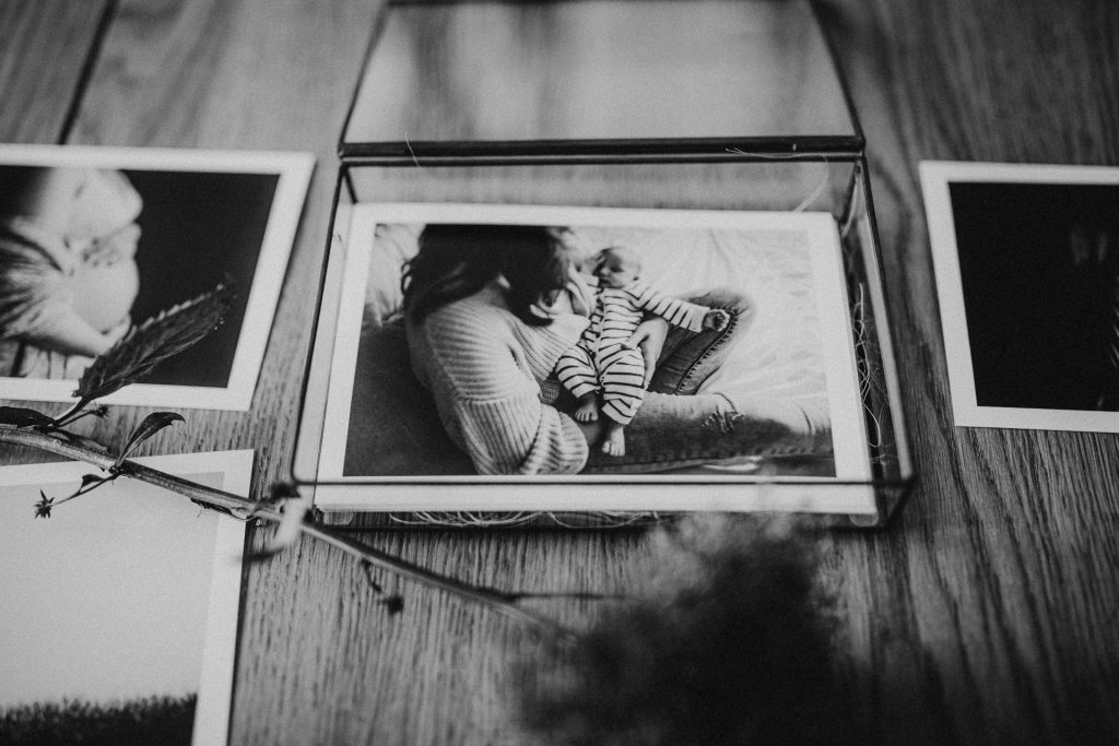 High end glazen fotobox met fine art newbornshoot print