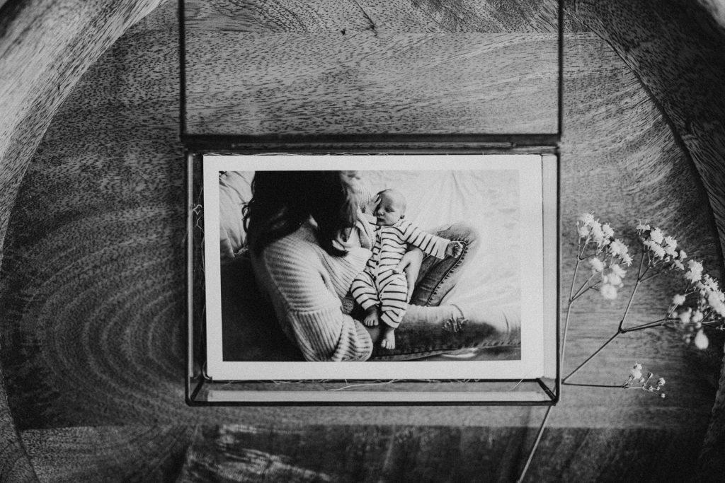 Luxe glazen fotobox met fine art print voor zwangerschapsshoot of newbornshoot