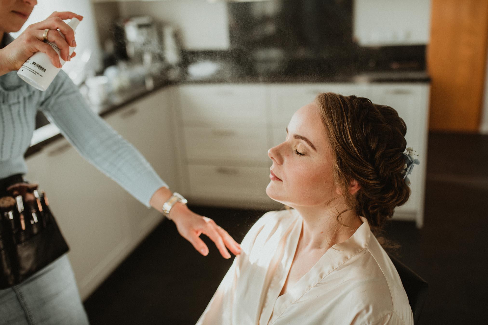 Voorbereidingen bruid op de ochtend van haar bruiloft make up en spray